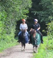 Das erste Mal auf einem Pferd und gleich reiten wir aus.